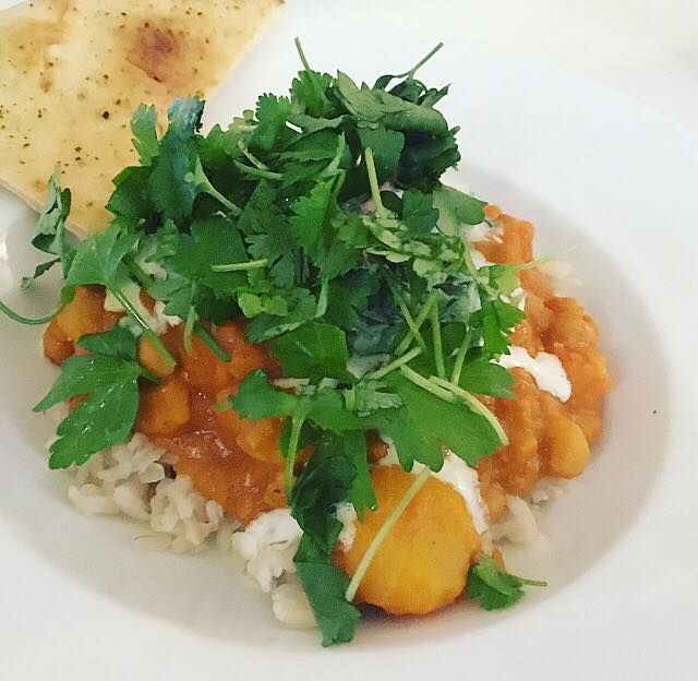Indisk Dahl med kartoffel og kikærter, så fuldkornsris med koriander og Riata ti