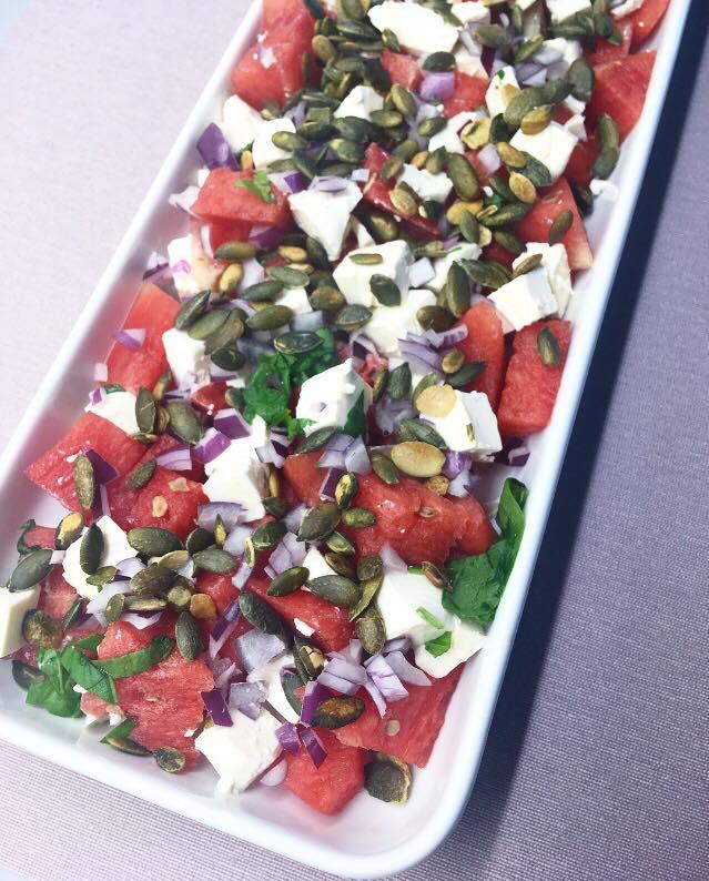 Vandmelonssalat med frisk feta, rødløg, urter og ristet græskarkerner